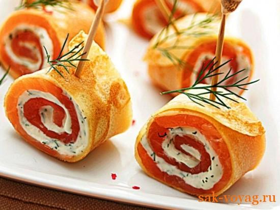 новогодний рецепт: рулеты из блинов и лосося