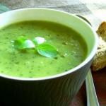 Суп-пюре из салата, лука-шалота и куриных грудок в кокосовом молоке.