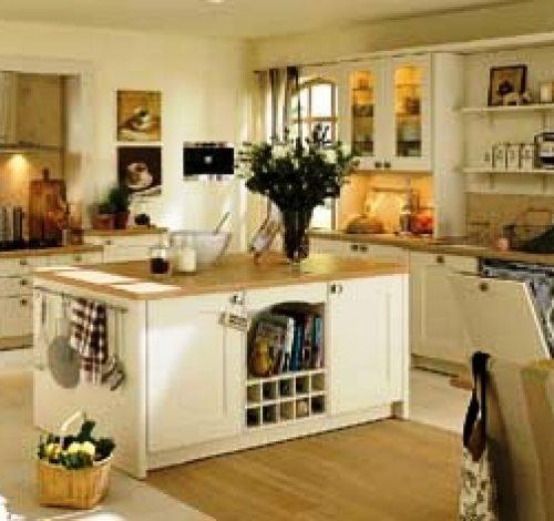 Главная помощница на кухне - это бытовая техника: холодильники, мультиварки, электрогрили, хлебопечки, комбайны, плиты и духовки.