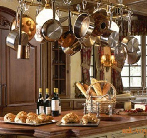 Интерьер кухни важен для атмосферы в доме. Эргономичная обстановка позволяет быстро готовить без особых затрат энергии, а уютная обстановка собирает за обеденным столом всю семью.